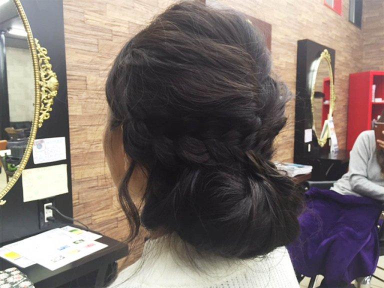 暗めカラーでもふんわりと動きが出る!黒髪さん向け簡単な三つ編みアップスタイル!