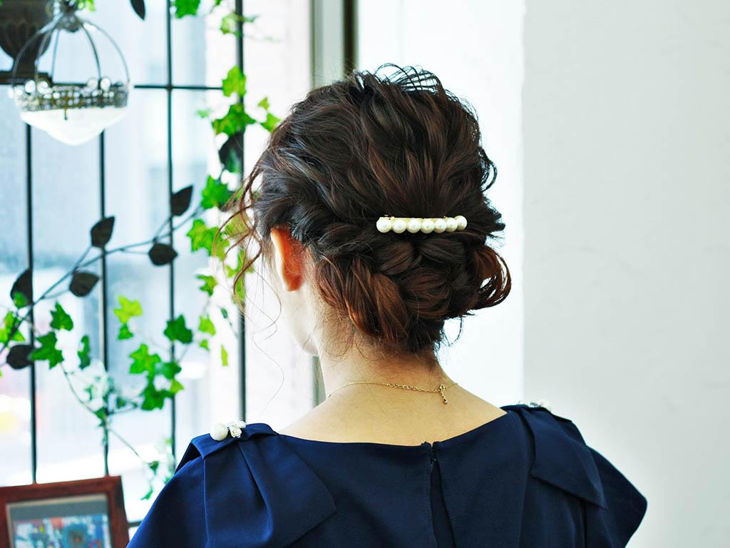 ゆるっとまとめ髪が上品で色っぽい。大人の女性向けねじりロールアップスタイル