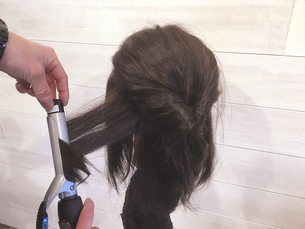 人気のヘアバンドを使ったギブソンタックが、ミディアムヘアさんでも簡単にできちゃう♪