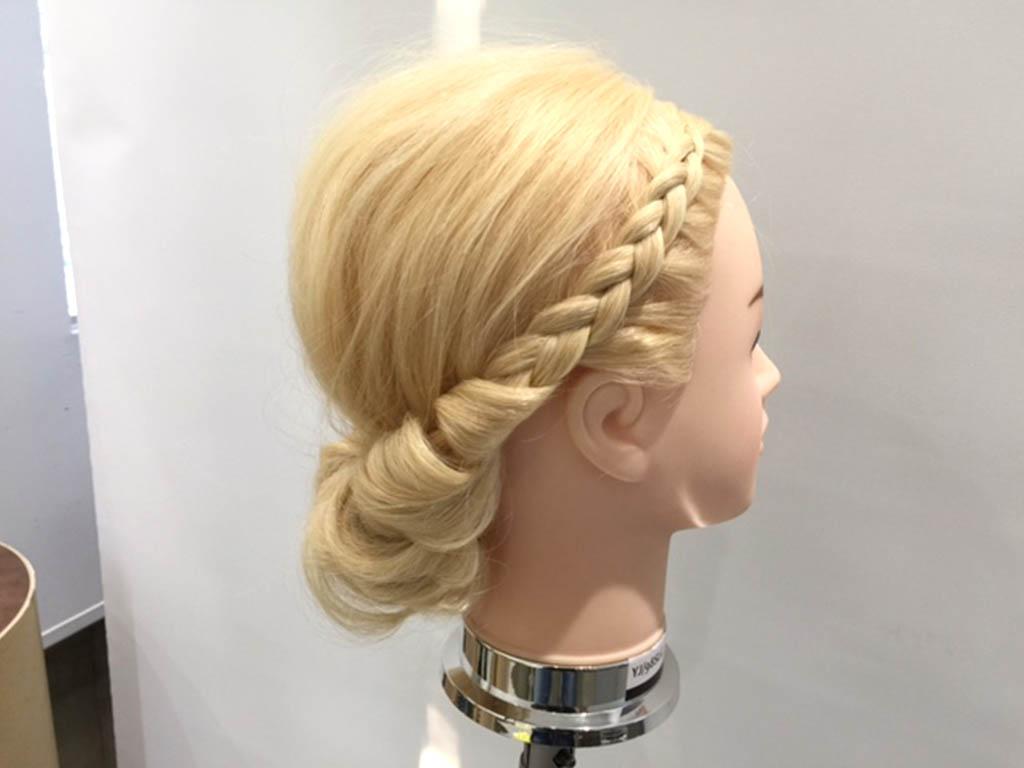 編み込みに髪を巻き付けるだけ!360度ゴージャスな個性派シニヨンアレンジのやり方