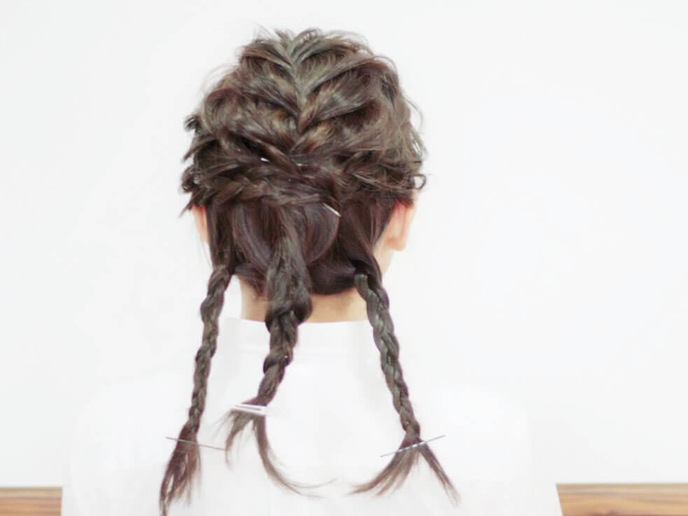 毛束を編んで丸めるだけ!ゆるふわシニヨンスタイルの作り方