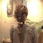 ナチュラルなゆる編みダウンヘアアレンジ!エアリー感のある三つ編みが春にピッタリ!