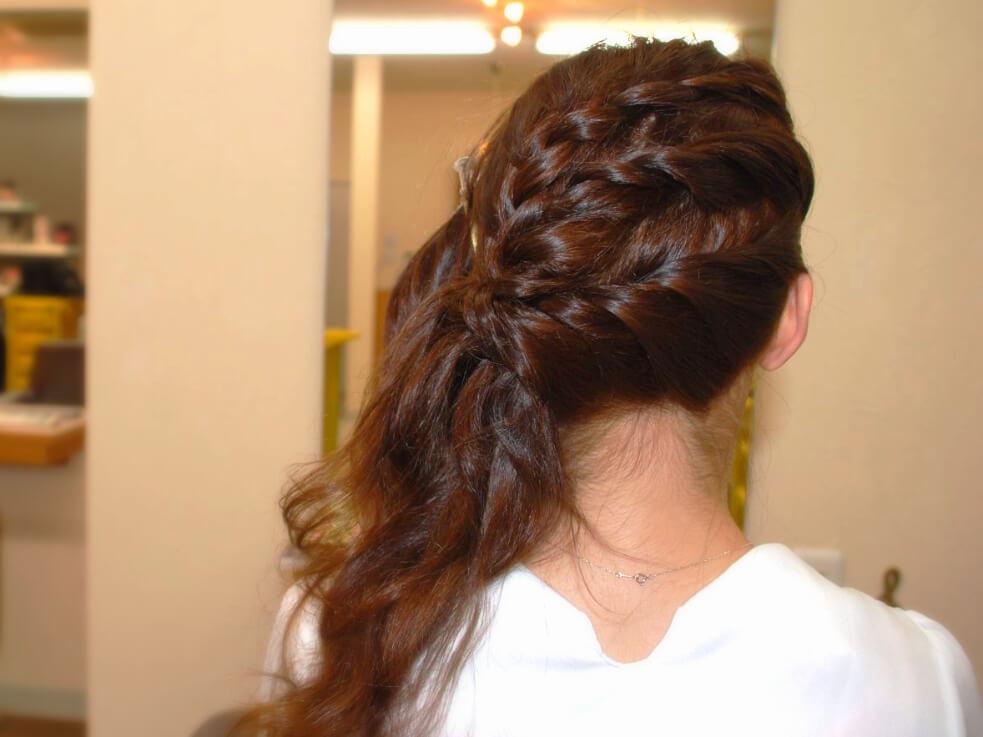 頭全体を編み込んで作る、華やかなパーティヘアの作り方