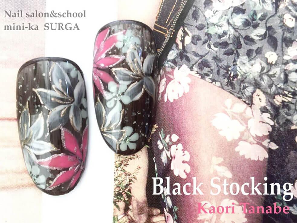 官能的なブラックに花を添えた春ネイル