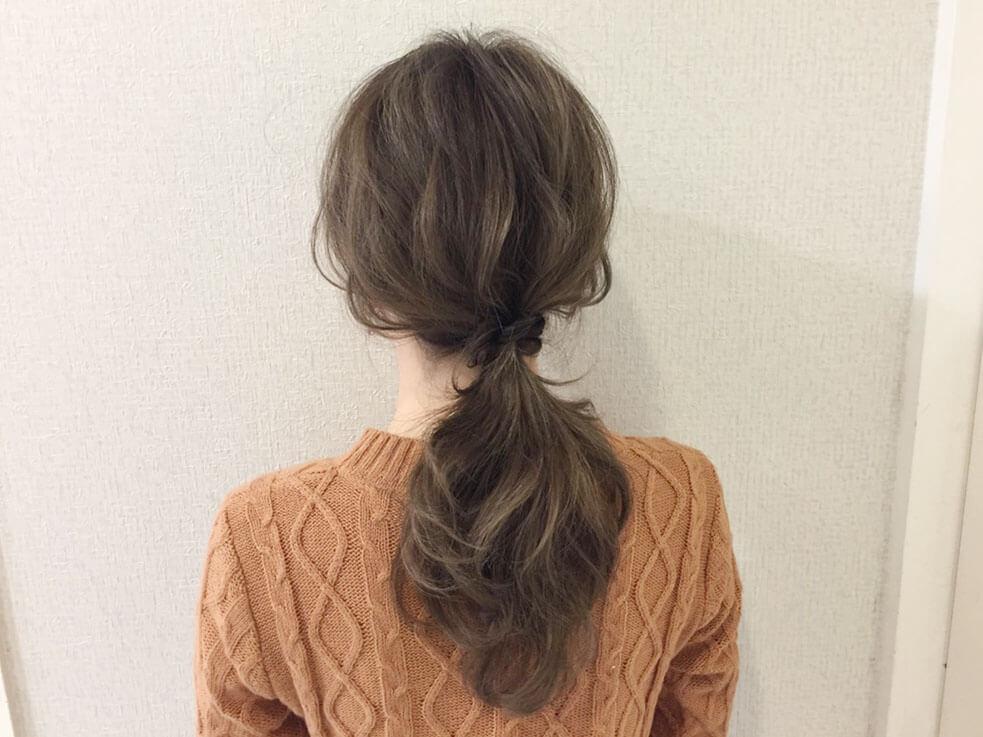 ねじりヘアがアクセントの簡単ローポニーを紹介