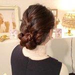 オフィス向けヘアに最適!編み込みで作る大人女子向け簡単な愛されフェミニンシニヨン