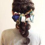 スカーフはヘアアクセとして使うのが正解!大人カワイイねじり編みヘアアレンジ