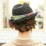 ツバの下から見える編み込みがオシャレ!ハットに合わせる簡単編み込みヘアアレンジ♪