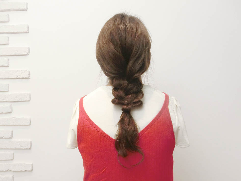 ロングヘアさんの夏の定番スタイル、キャップ×三つ編み