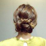三つ編みにするだけでできるから簡単!ほっこりルーズなシニヨンアップヘアアレンジ