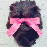 ピンクのリボンが決め手!ミディアムヘアさん向け、華やかなパーティーアップヘア