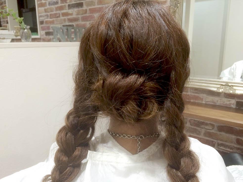 最初に、まとめ上げたい髪を三つ編みに編んでおくのがポイント!!