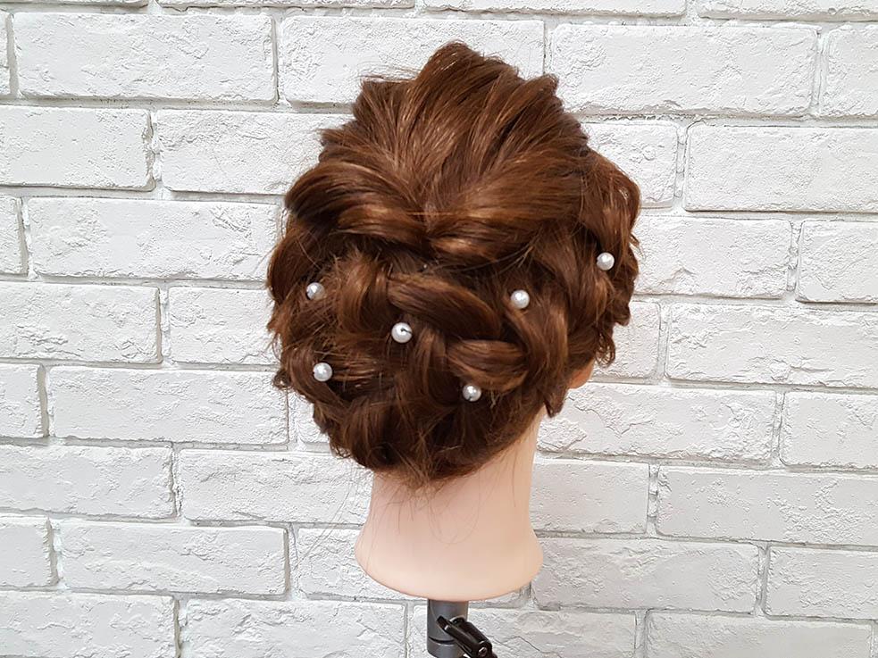 髪に散りばめた小さなアクセにときめく ドレスに似合う華やか編み込み