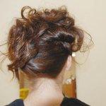 斜めに散らした巻き髪が華やか!ゆるふわボリュームのアップスタイルアレンジ