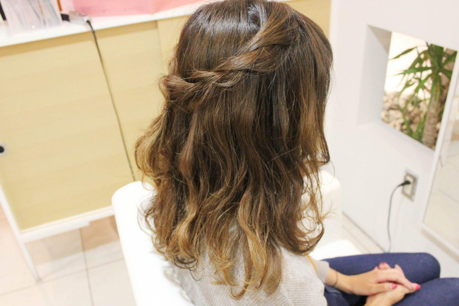 編んだ毛束がヘアアクセサリーみたいでかわいいアレンジ♪