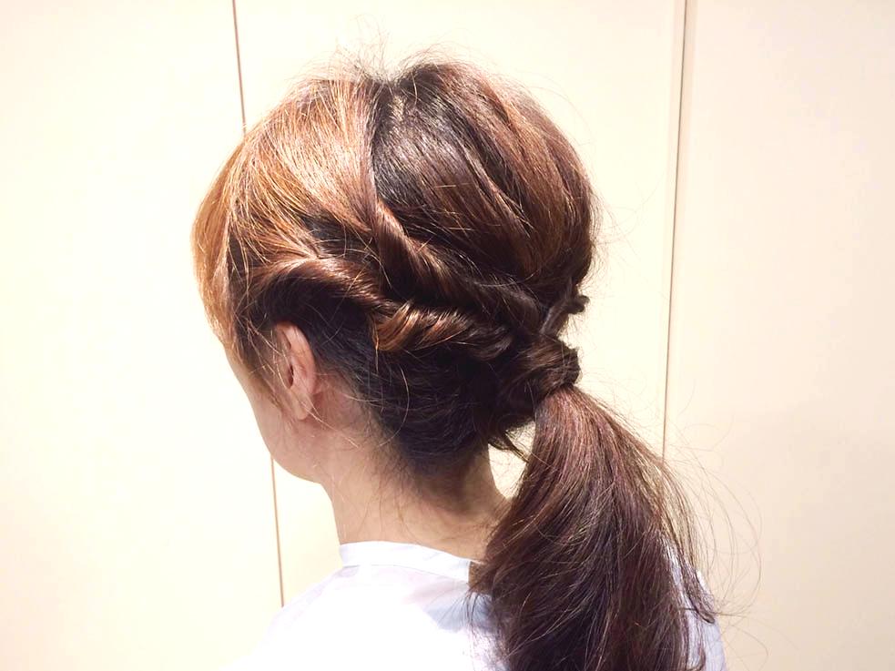 忙しいキャリアウーマンに!くるりんぱで作る簡単オシャレなひとつ結びヘアアレンジ