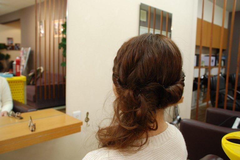 ねじるだけで完成する。毛流れが美しく見えるアップヘアアレンジの作り方