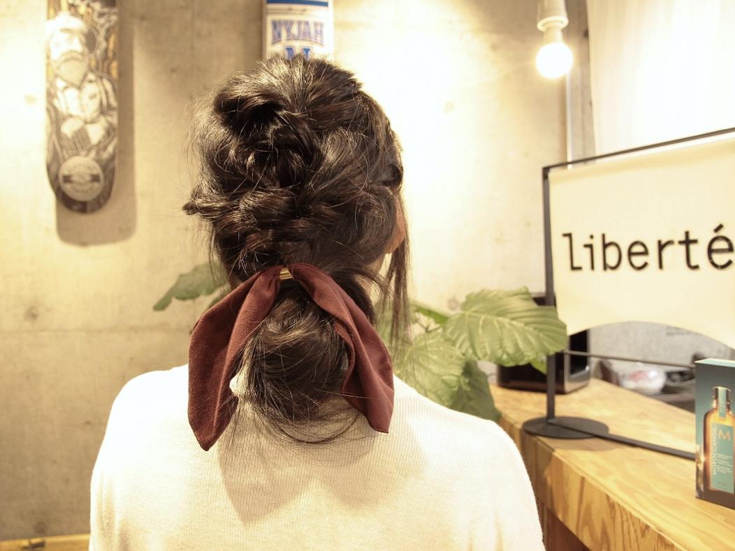 ロングヘアをふんわりまとめる簡単コンパクトヘアアレンジ!ねじって結ぶだけで完成