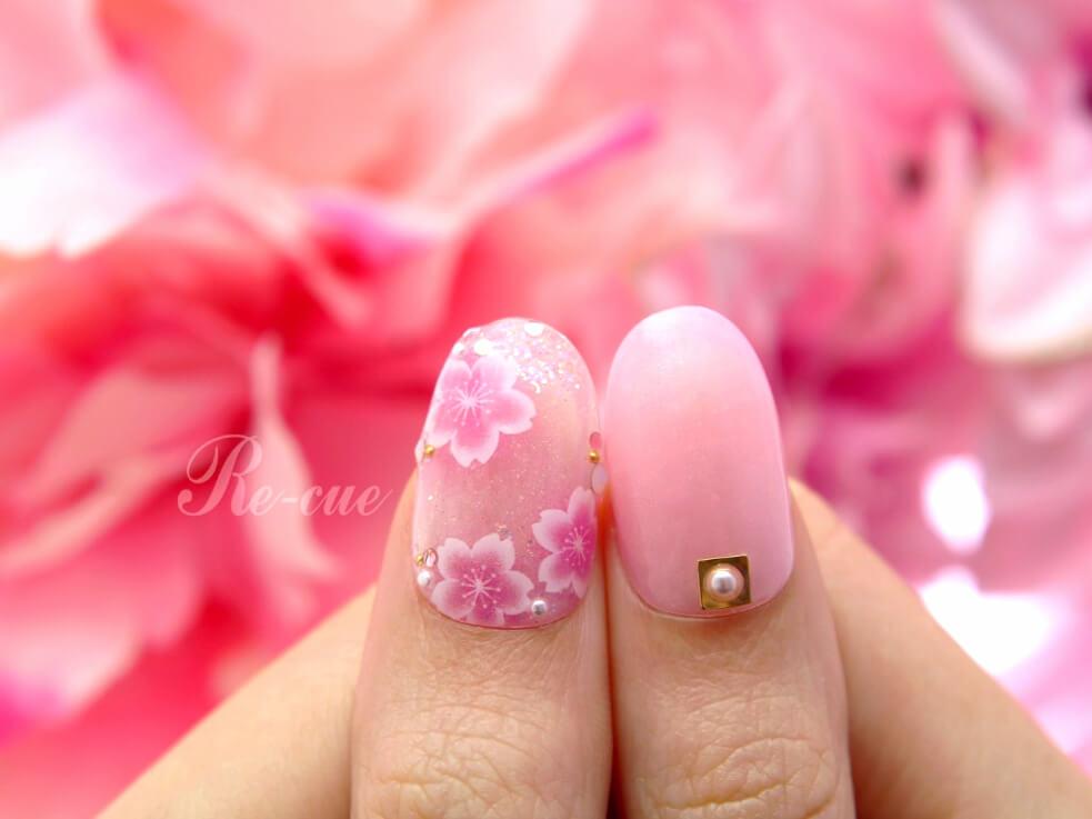 濃い色の上にホワイトの桜を入れると、エアリーで軽やかな印象に