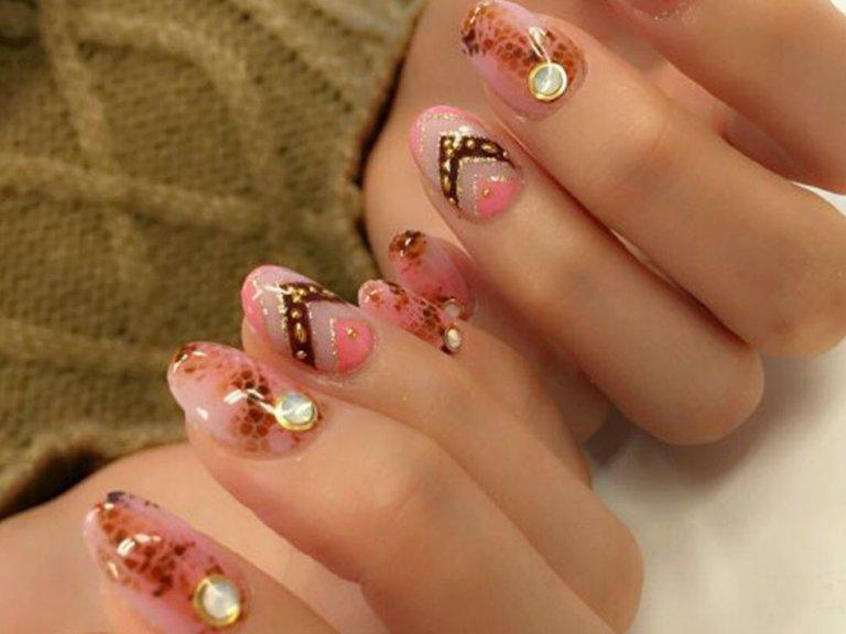 【ピンク×ミラーネイル】or【ピンク×パイソン柄】を取り入れて、旬な指先をゲット!