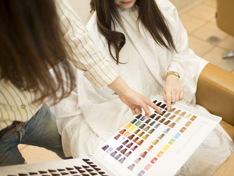 白髪染めの常識!オシャレ染め、セルフカラー、美容室のヘアカラーとの違いとは?
