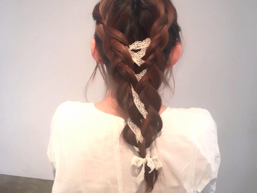 レースリボン×編み込みヘアアレンジ♪リボン編みで春らしく女性的な印象をゲット!