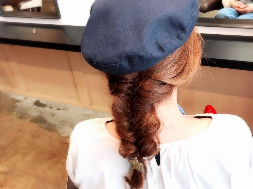 キャスケット帽子×ボリュームのあるフィッシュボーンが、最高にカジュアルでかわいい。
