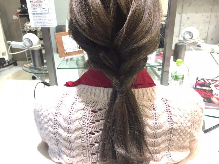 三つ編みで作る簡単かわいいローポニーテールアレンジの作り方_3