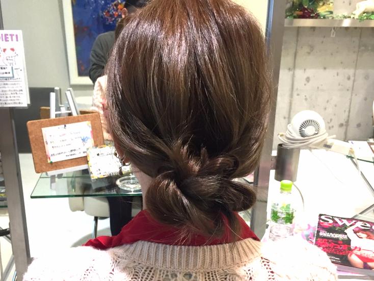 ロールパンみたいなシニヨンがかわいい。三つ編みまとめ髪の作り方_3