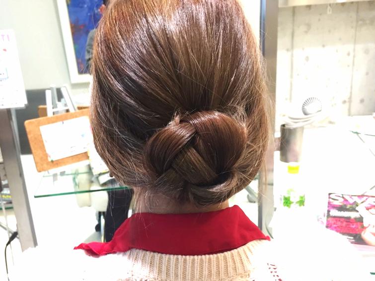 ふんわり感で髪の広がりをカバー。くるりんぱ×三つ編みで完成するシニヨンヘアアレンジ