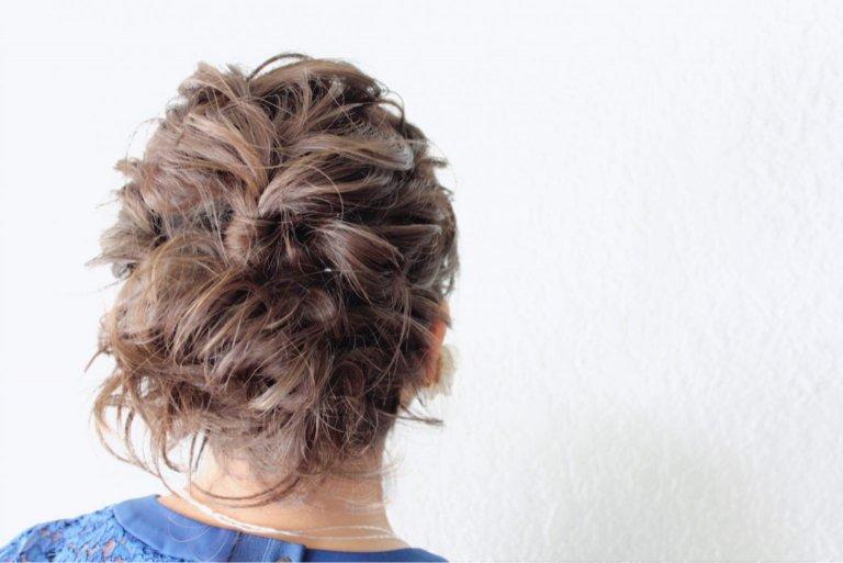 ほぐれ感がちょうどいい。ねじって留めるだけで完成するニュアンスまとめ髪