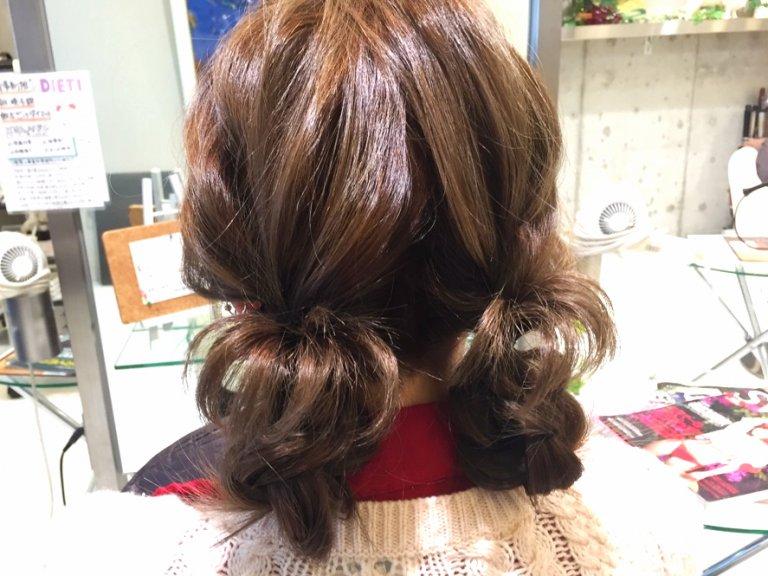 湿気に負けないヘアアレンジ術!髪のハネを利用したちょっと不思議な二つ結びアレンジ