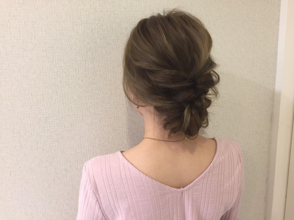 まとめ髪は低めボリュームが断然オシャレ!くるりんぱと三つ編みテクで作る簡単アップ