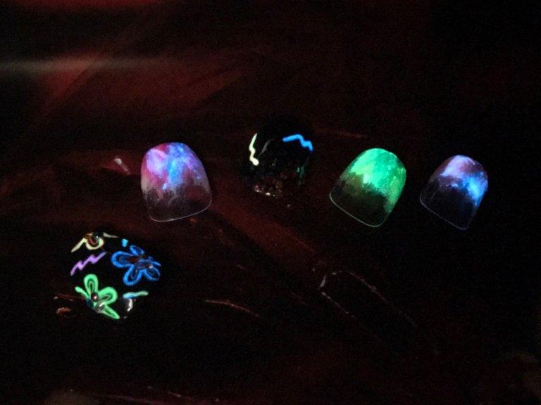暗闇で光るネオンネイル♪この夏、イベントで誰よりも目立つならこのデザインで決まり!