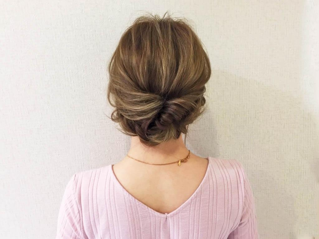 大人かわいいヘアの作り方。くるりんぱと三つ編みでできる簡単まとめ髪