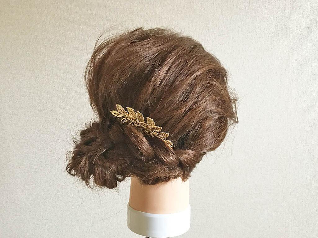 ゴールドの髪飾りで上品さをアップ!