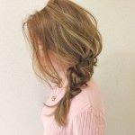 目指すは色っぽキュートなオトナ女子。三つ編みサイド寄せヘアアレンジはいかが?