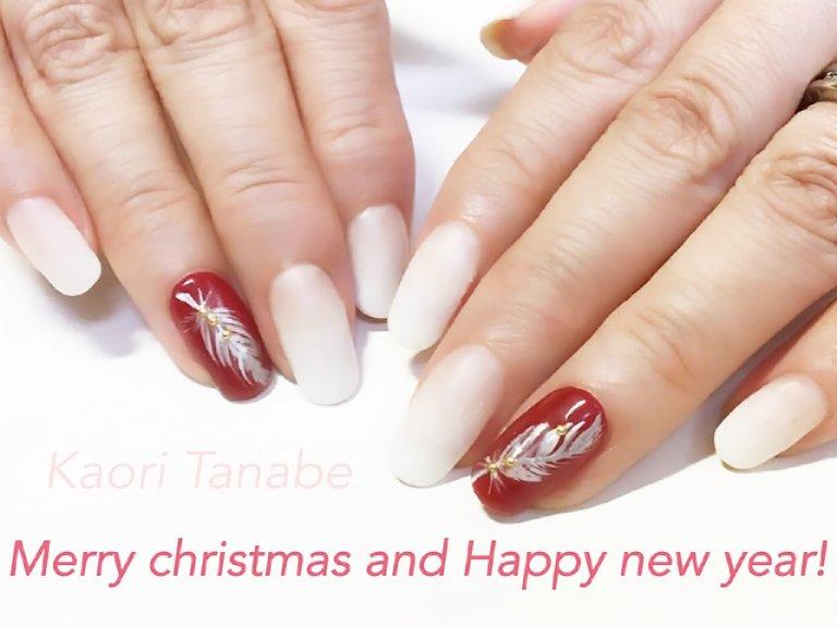 お正月までOKな、ホワイト×レッドのクリスマスネイル