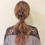 髪をねじってつくるハートモチーフのガーリーヘアでとびっきりキュートに♪