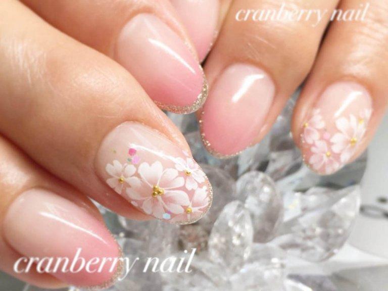 卒業式・入学式に合わせて、春らしい桜ネイルが人気!
