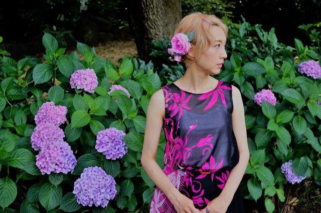 夏に咲く花や高原の朝もやを感じさせる色