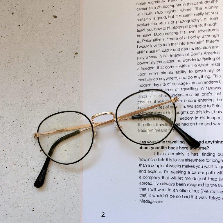 野暮ったく見えがちなメガネ。オシャレに見せるコツは??