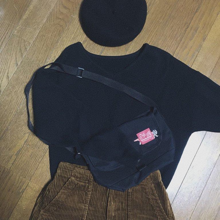 ②黒トップス×コーデュロイパンツ