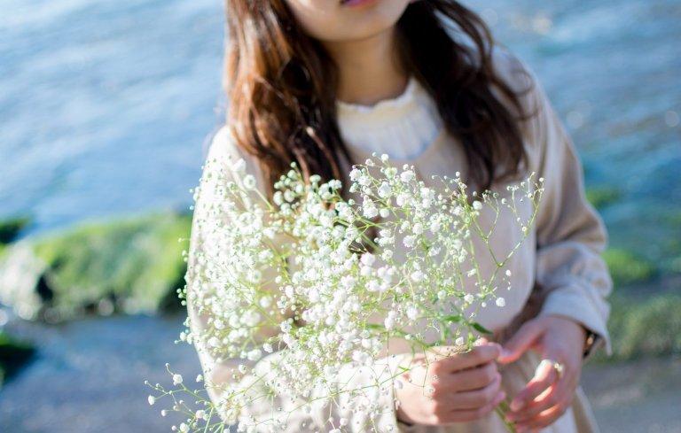 春は、肩の力を抜いたような、ホッと安心するカラーを着こなす。