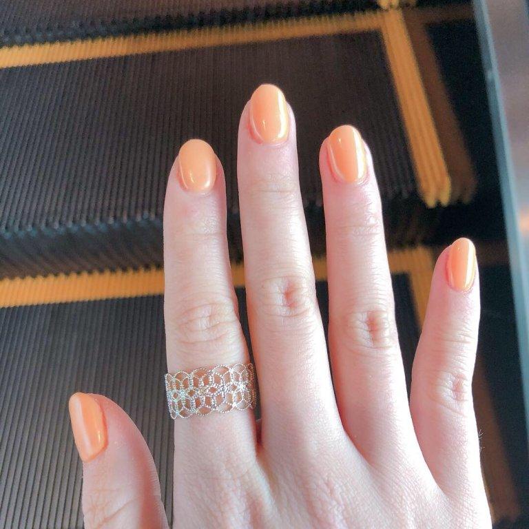 「オレンジ系のビビットカラー」はアクセサリー感覚で指先に取り入れる